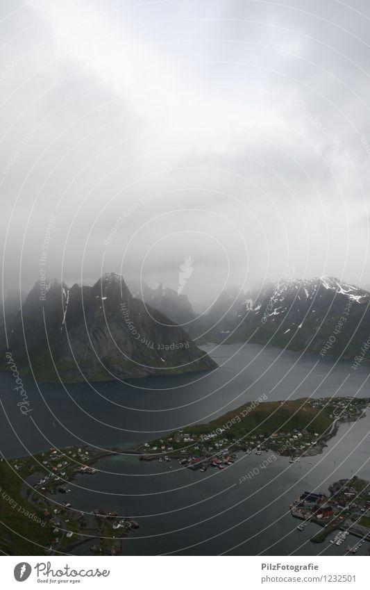 100 - Reine Umwelt Natur Himmel Wolken Schnee Felsen Berge u. Gebirge Gipfel Schneebedeckte Gipfel Küste Fjord Meer Insel Dorf Fischerdorf Hütte Hafen Brücke