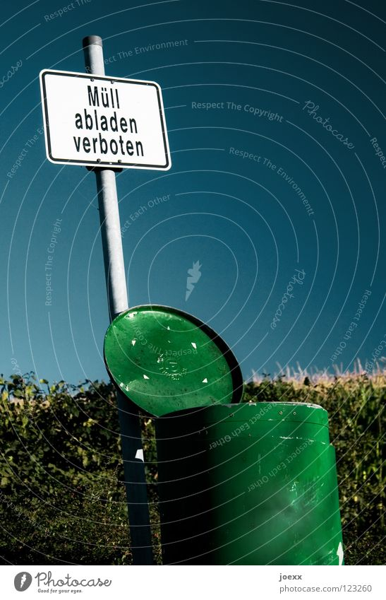 Was jetzt?! Himmel blau alt weiß grün Metall offen Schilder & Markierungen Hinweisschild Recycling Müll Wut trashig Verbote Ärger Müllbehälter