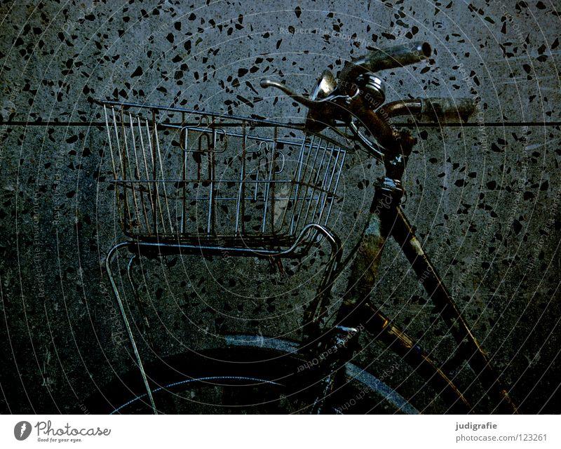 Drahtesel alt Farbe dunkel Wand Spielen Fahrrad warten Freizeit & Hobby fahren stehen parken Rahmen Korb Chrom Bremse Fahrradlenker