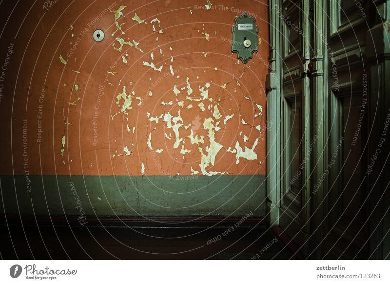 Treppenhaus Haus Stadthaus Wohnung Mieter Vermieter Treppenabsatz Eingang Eingangstür Wand verwohnt Vergänglichkeit Tür wohnungstür Klingel Farbe Renovieren