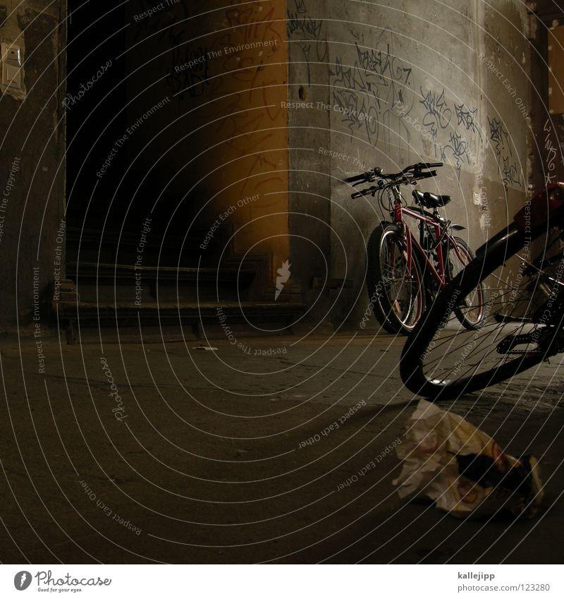 morgens hab zehn in deutschland Fahrrad Oldtimer Rad Hinterhof Gitter Einfahrt Abstellplatz Studium Billig ökologisch Klimaschutz Gummi Silhouette Ständer Mauer