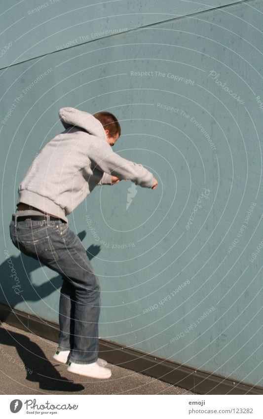 uuuund Mensch Mann Freude Wand Spielen Bewegung springen Mauer gehen modern Wut sportlich türkis Barriere Dynamik Aggression