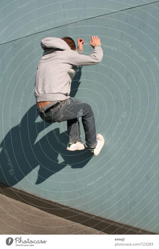Sprung! Mann Wand gehen springen hüpfen Barriere türkis Mensch Wut Aggression Ärger kleben Luzern modern Spielen hochgehen man young sportlich Dynamik Bewegung
