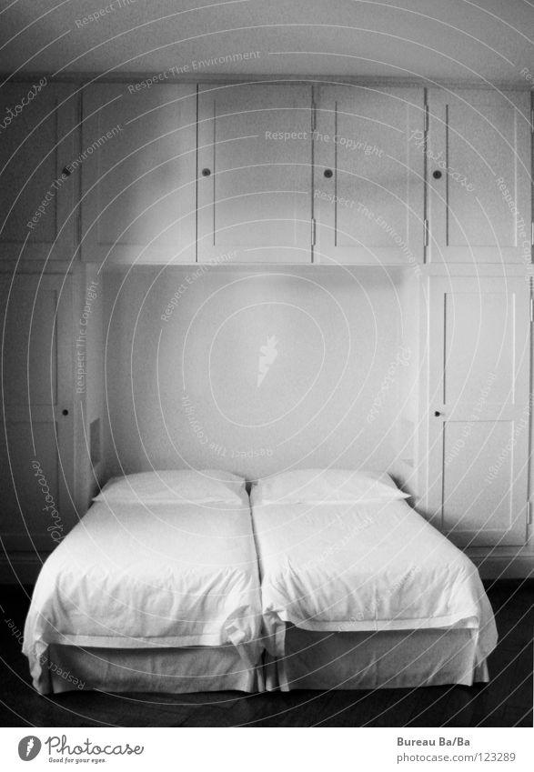 Gute Nacht schlafen Schlafzimmer Hotelzimmer Bett Schrank Kissen Schwarzweißfoto :) Kopfkissen
