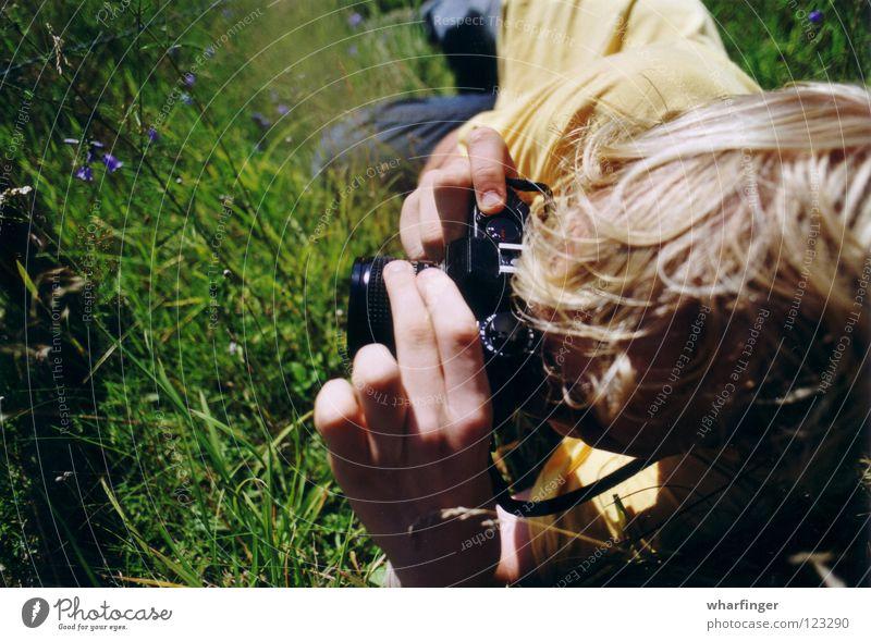 F. und die Kamera Hand grün Sommer schwarz gelb Gras Freizeit & Hobby Fotografie liegen Fotokamera Schweden Fotografieren knallig Sösdala