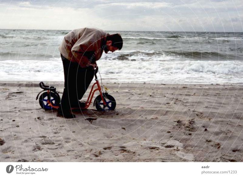 schwere Fahrt Mann Meer Strand klein groß Ostsee schwer langsam Tretroller Spielzeug