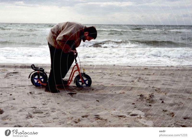 schwere Fahrt Tretroller Strand Mann Meer groß klein langsam Ostsee