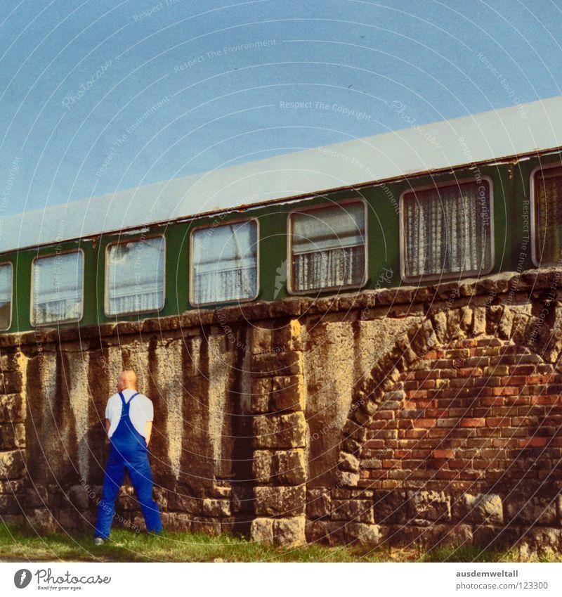 ::Mannequin Piss:: Eisenbahn Mauer urinieren Arbeitsanzug Glatze Handwerker Fenster Wiese Leipzig analog Freizeit & Hobby Himmel Bahnhof ablassen Straße Scan