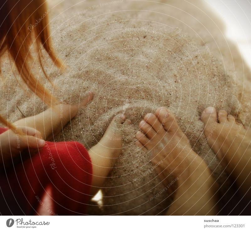 ein hauch von .. sommer Sommer Physik Strand Zehen Langeweile genießen Wellness ruhig Sonnenbad Kind Erde Sand Kleinkind Freude Wärme Fuß Haare & Frisuren