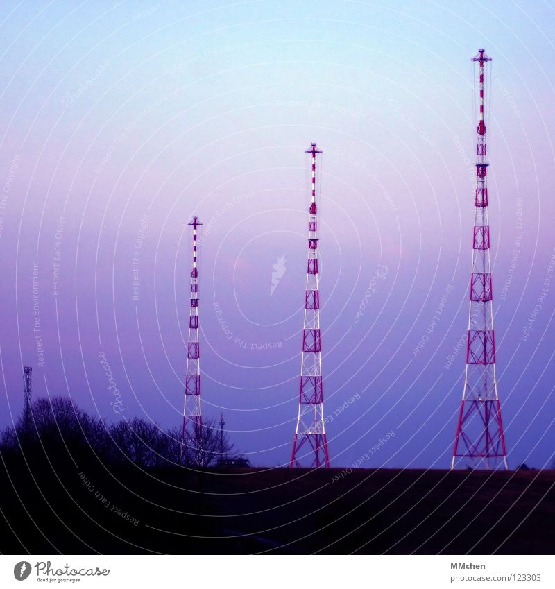 Auf Sendung Funkturm Fernsehen Pastellton himmelblau dunkel 3 Baum Sträucher Feld Aussicht kalt Sonnenaufgang Himmel Medien Landschaft Turm Radio Luxemburg
