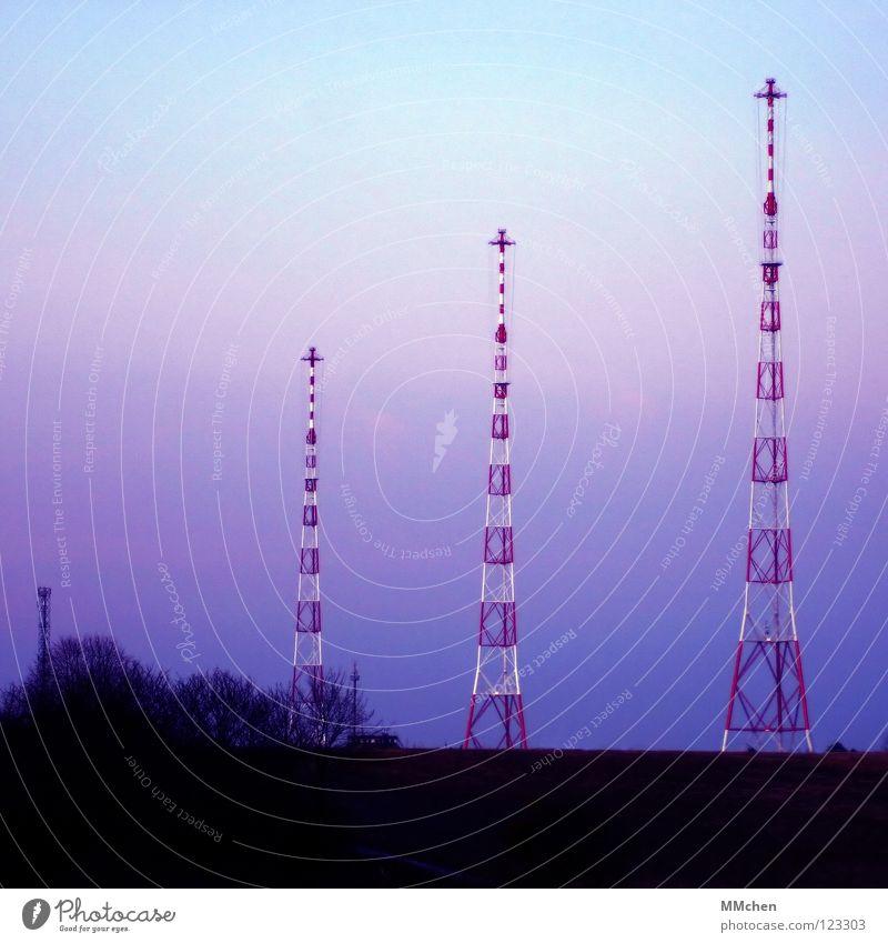 Auf Sendung Himmel Baum blau dunkel kalt Landschaft hell Feld 3 Perspektive Aussicht Sträucher Fernsehen Turm Medien Radio