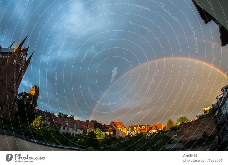 Regenbogen Wolken Sonne Sommer regenbogenfarben Wismar Kleinstadt Stadt Stadtzentrum Haus Kirche Hof ästhetisch fantastisch nass schön Farbfoto Außenaufnahme