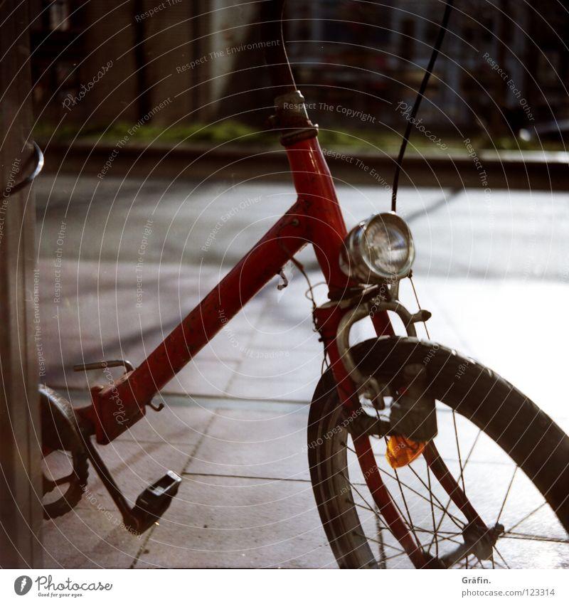 St. Pauli Nebenstraßen I Reeperbahn Tag Schönes Wetter Fahrrad Lampe Klapprad Rost entdecken angekettet Seitenstraße Blick rot Pedal Straßenrand Verkehrswege