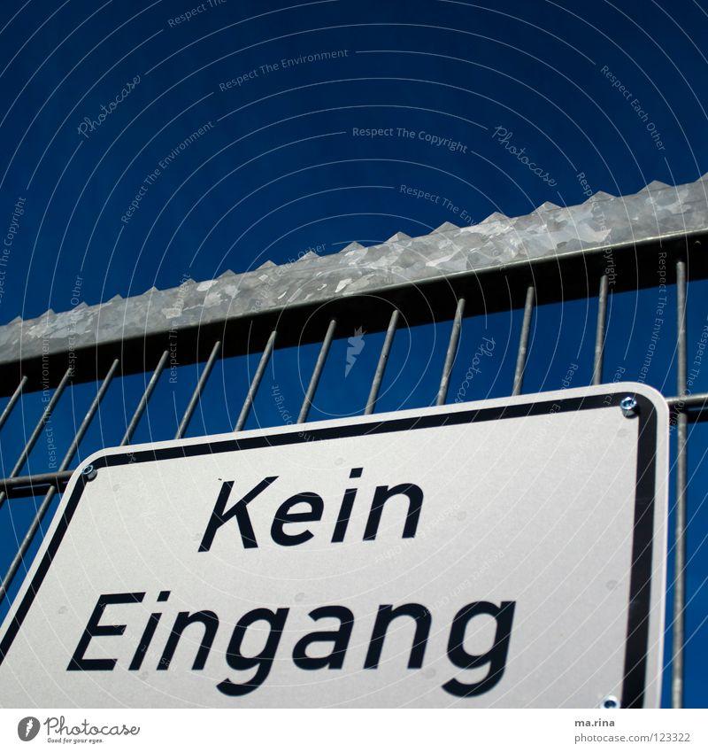 Und jetzt? Verbote Eingang Zaun Gitter Barriere Eisen abgelehnt Schilder & Markierungen Hinweisschild Tor Himmel blau Macht Warnhinweis Außenaufnahme