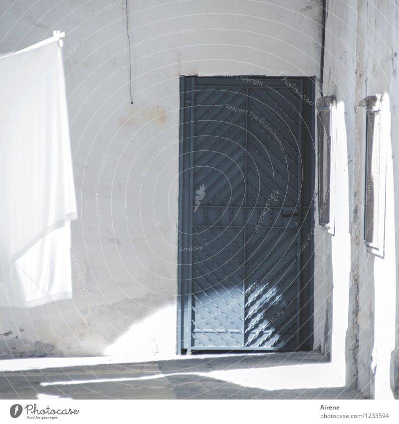Weißabgleich Häusliches Leben Wohnung Innenhof Leinentuch Bettwäsche Wäsche Wäscheleine Altbau Mauer Wand Fassade Tür Eingangstür nass Sauberkeit trocken blau