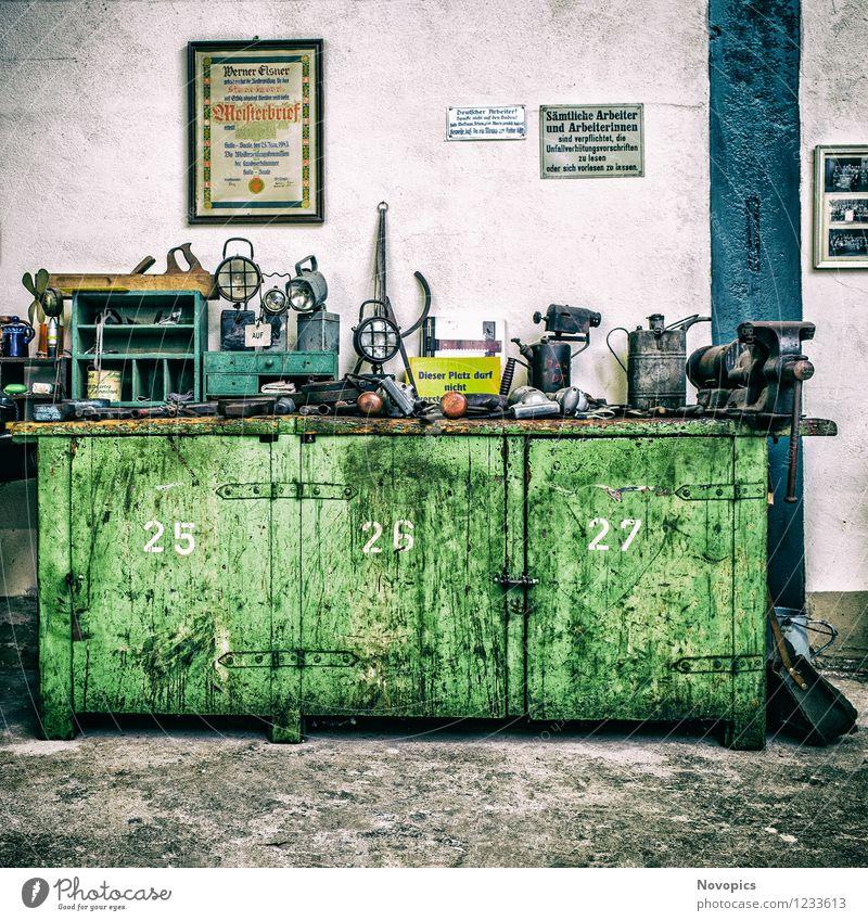 The Workbench blau grün weiß schwarz Lampe Metall Arbeit & Erwerbstätigkeit dreckig Kraft Industrie Baustelle planen Leidenschaft Stahl Stress Handwerk