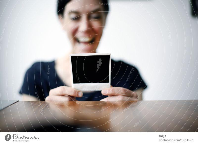 das waren noch Zeiten III Lifestyle Freizeit & Hobby Frau Erwachsene Leben 1 Mensch 30-45 Jahre Polaroid Fotografie festhalten lachen Blick Fröhlichkeit Gefühle