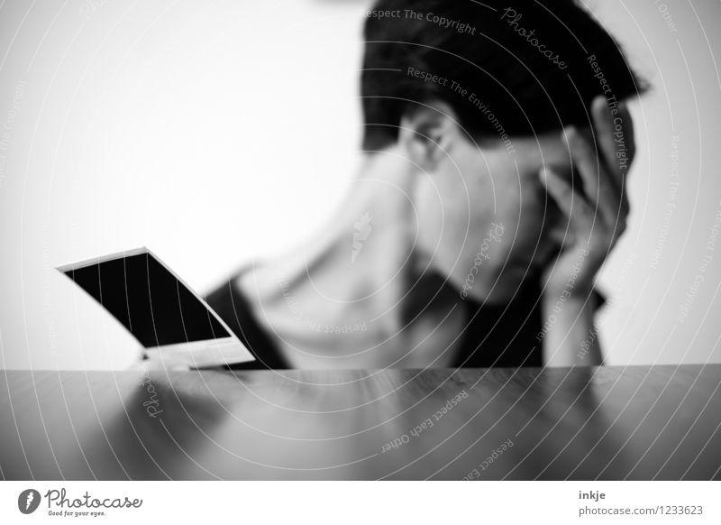 damals (Ende) Lifestyle Frau Erwachsene Leben Gesicht Hand 1 Mensch 30-45 Jahre Fotografie Polaroid Traurigkeit Gefühle Sorge Trauer Liebeskummer Schmerz