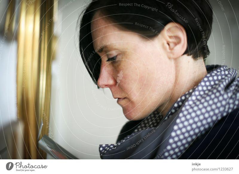 Du fehlst... Lifestyle Stil Freizeit & Hobby Häusliches Leben Frau Erwachsene Gesicht 1 Mensch 30-45 Jahre Bilderrahmen Fotografie Denken Traurigkeit Gefühle