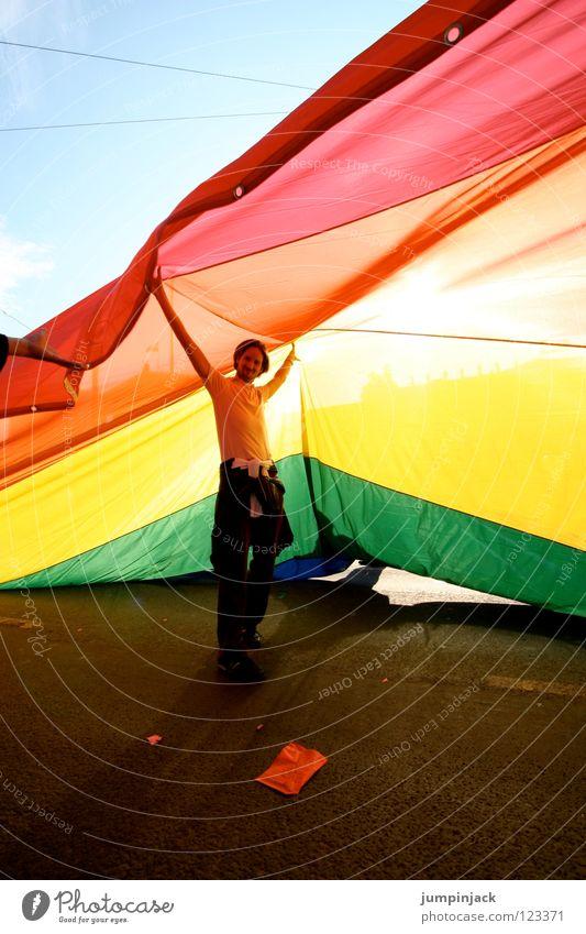 somewhere under the rainbow Himmel Mann Farbe Freude Straße Feste & Feiern Freiheit Dach Hoffnung Schutz Netzwerk Frieden Gesellschaft (Soziologie) Club Homosexualität Regenbogen