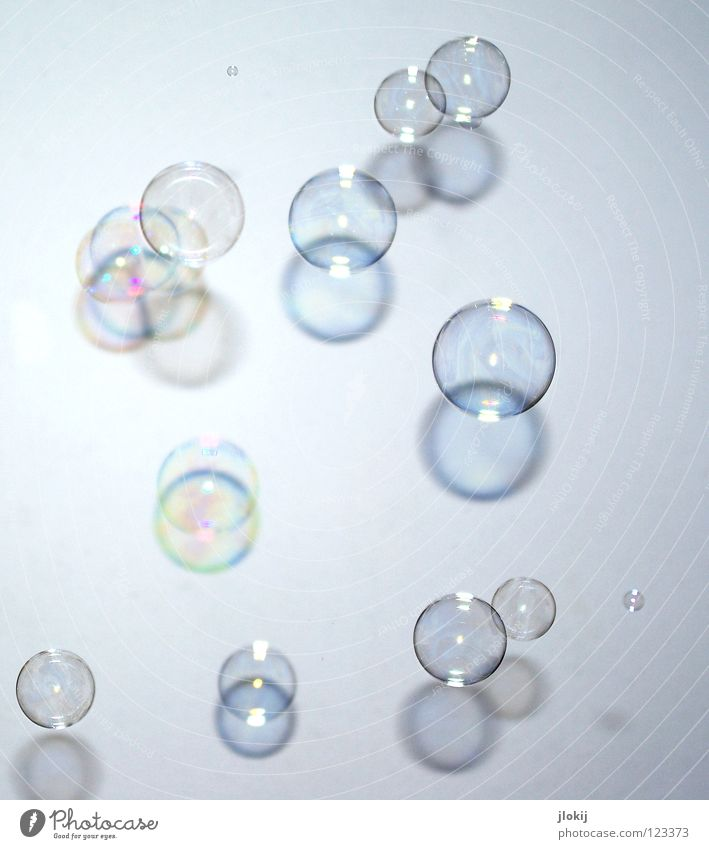 Flüchtig II flüchtig Seifenblase Unschärfe rund Geometrie Spektralfarbe spektral schimmern glänzend hohl blasen Vergänglichkeit platzen Schatten Kugel