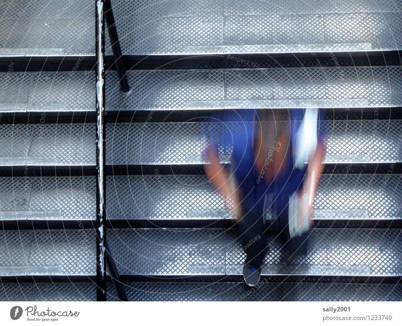 Geschwindigkeitskontrolle... maskulin Junger Mann Jugendliche 1 Mensch Treppenhaus Treppengeländer Bewegung gehen laufen rennen Stress Entschlossenheit abwärts