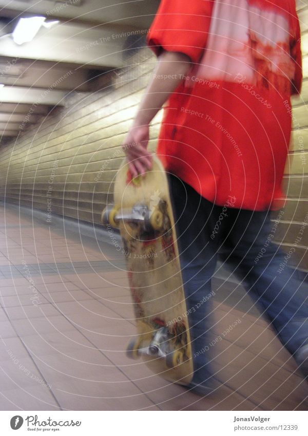 Untitled Mann rot Lifestyle U-Bahn Skateboarding Ghetto