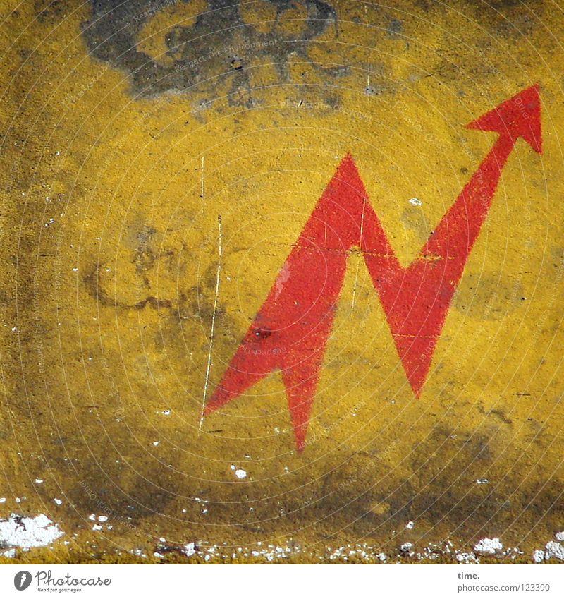 Spannende Umwege führen auch ans Ziel alt rot gelb Metall dreckig Eisenbahn Elektrizität Pfeil Konzentration Müdigkeit Hinweisschild Symbole & Metaphern Fleck Staub Blech Wattenmeer