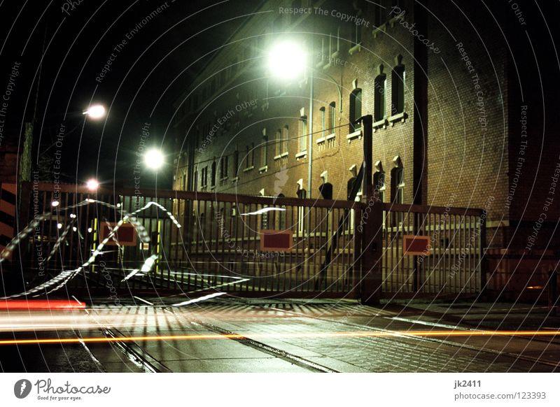 Übergang Haus Filmindustrie Video Mauer Wand Fenster Verkehrswege Straße Gleise Backstein Streifen dunkel Laterne Zaun analog Barriere Asphalt Tor Fassade