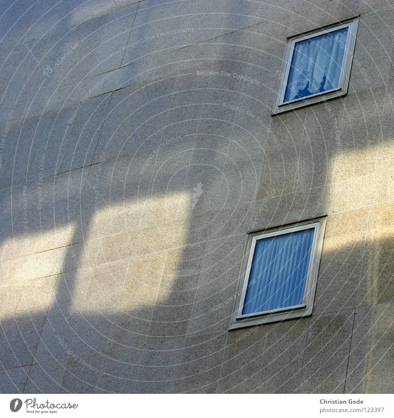 Lichtfenster Sonne blau Haus gelb Wand Fenster grau Mauer Architektur Deutschland Hochhaus Gardine Rahmen