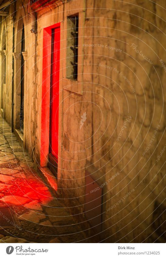 Rotlicht in Dubrovnik II alt rot Wand Straße Architektur Gebäude Mauer braun Fassade Tür historisch Straßenbeleuchtung Bauwerk Denkmal Stadtzentrum Gasse