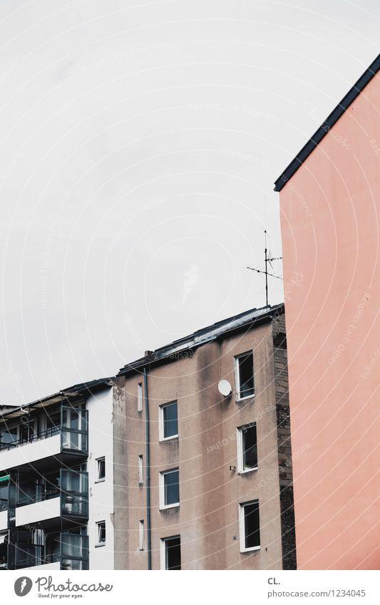 häuser Stadt Haus Hochhaus Architektur Mauer Wand Fenster Häusliches Leben Farbfoto Außenaufnahme Menschenleer Tag