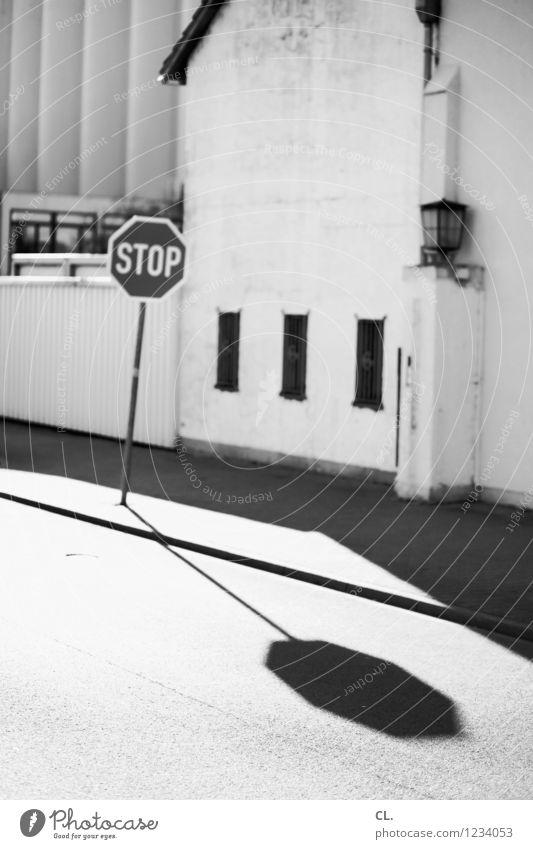 stop Haus Industrieanlage Verkehr Verkehrsmittel Verkehrswege Straßenverkehr Wege & Pfade Verkehrszeichen Verkehrsschild Stoppschild trist Pause stagnierend