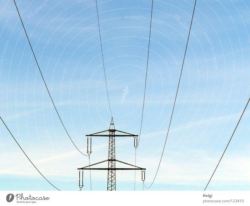 Strommast mit Stromleitungen steht vor blauem Himmel mit Wolken Elektrizität Draht groß Macht Geometrie Stahl elektrisch emporragend gefährlich Leitung