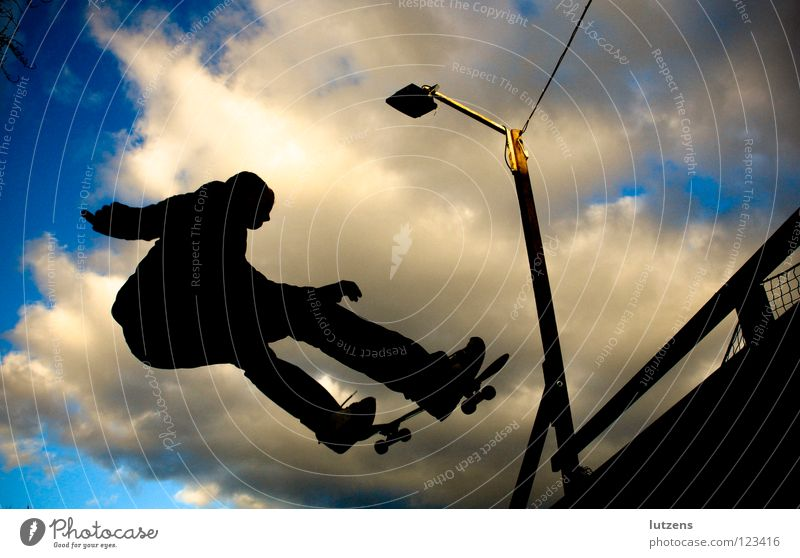 "frontside ""into the"" air Sport Spielen fliegen Skateboarding Momentaufnahme Funsport Rampe Air"