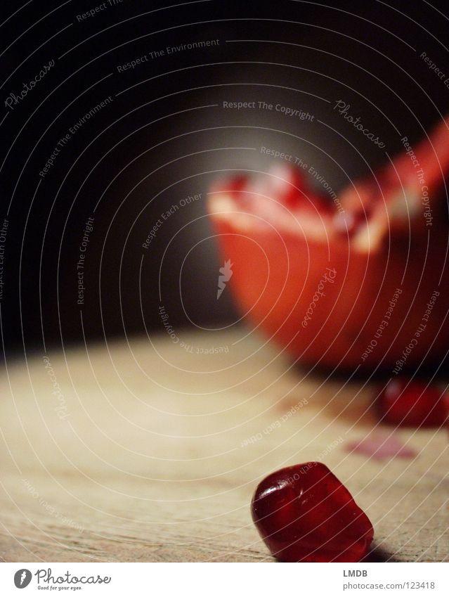 Granate Rubin rot rosa Lebensmittel Pflanze Vitamin Saft Ernährung lecker genießen Obstsalat Himbeeren Kerne Fruchtfleisch fruchtbar Lust schwarz Holz Teilung