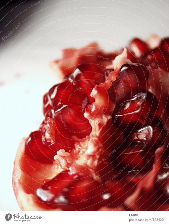 Grenadine Granat Rubin rot rosa Lebensmittel Pflanze Vitamin Saft Ernährung lecker Speise genießen Obstsalat Himbeeren Kerne Fruchtfleisch fruchtbar Lust