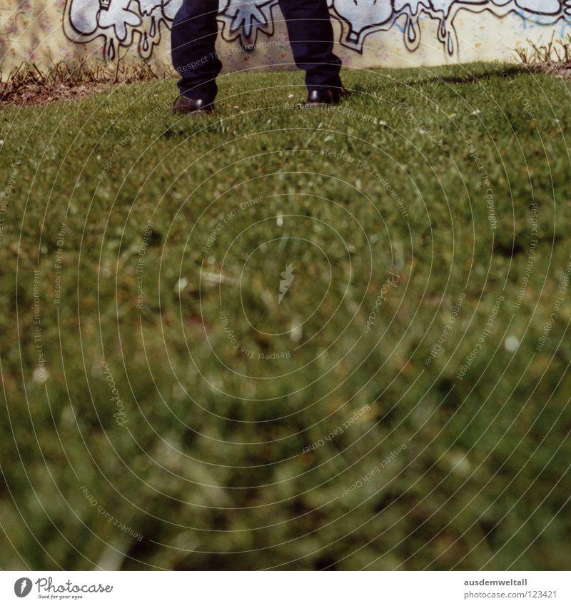 ::directors cut:: Mann grün schwarz Haus Wiese Graffiti Wand Gras Fuß Schuhe stehen Schönes Wetter streichen Hose analog geschnitten