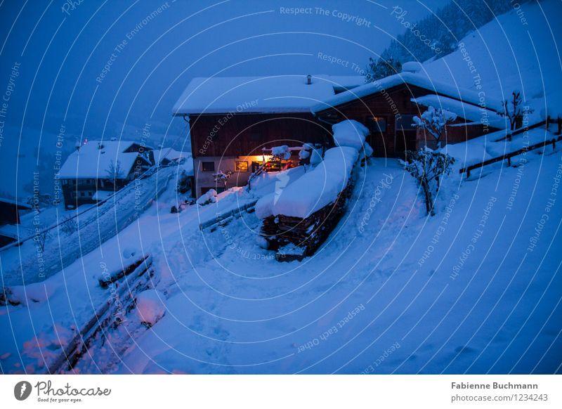 Eingeschneit blau weiß Wolken Haus Winter gelb Straße Schnee Holz Nebel Alpen Zaun Bauernhof Österreich schlechtes Wetter Stall