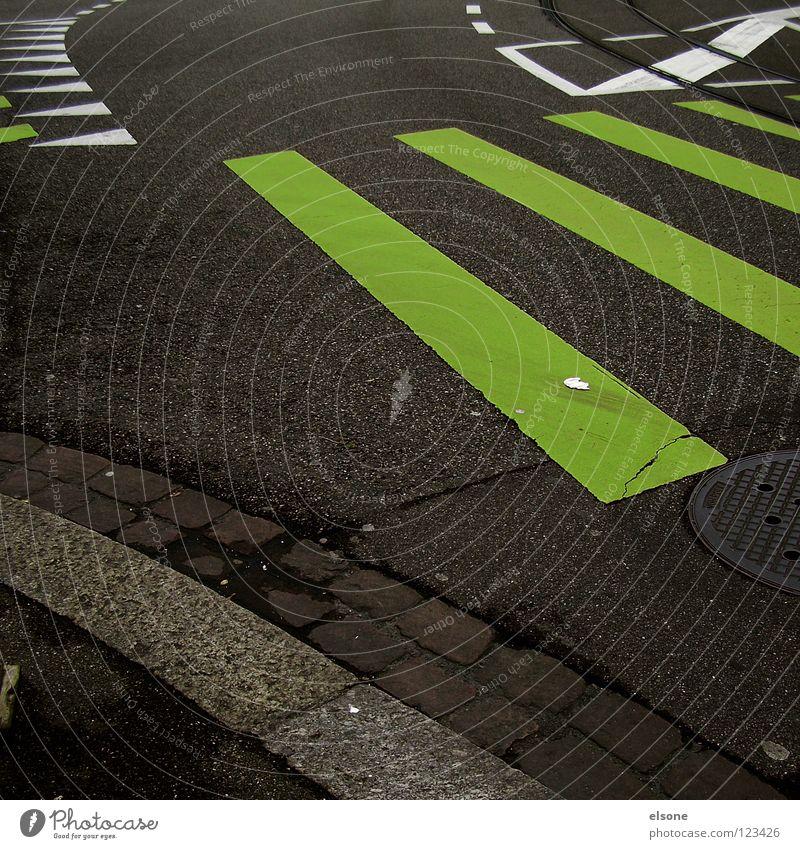 ::STRASSENKUNST:: grün Streifen Zebra rechts Bordsteinkante Richtung Straßenverkehrsordnung Vogelperspektive Stadt abbiegen Fahrradweg leer Straßenkreuzung