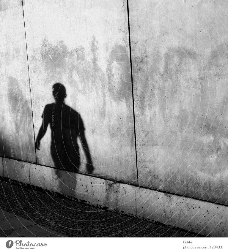 single Licht Abendsonne Mann Beton Mauer Wand grau Stadt Haus Oberkörper Bürgersteig Schattendasein Schattenspiel Schattenseite gehen wandern vorwärts rückwärts