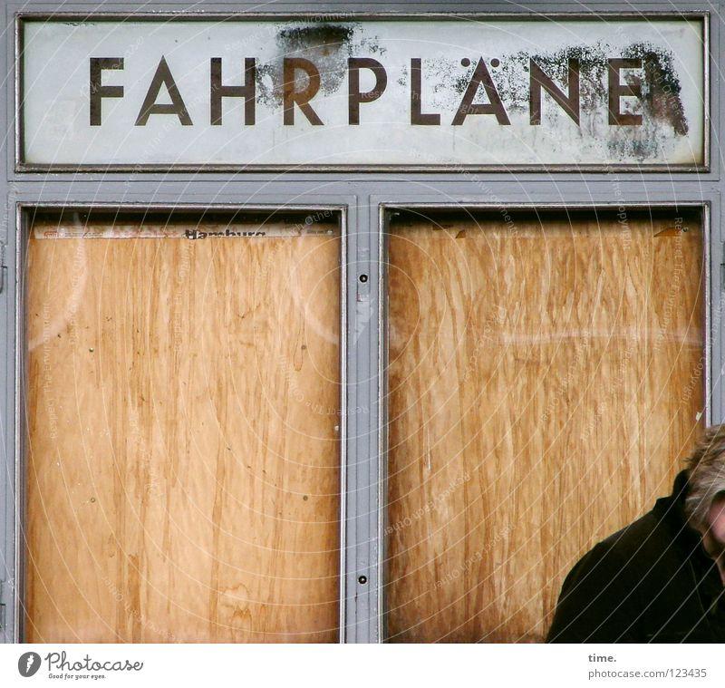 Hier fährt schon lange keiner mehr auf irgendwas ab Fenster braun Verkehr Schilder & Markierungen Glas leer Schriftzeichen Hinweisschild Vergänglichkeit