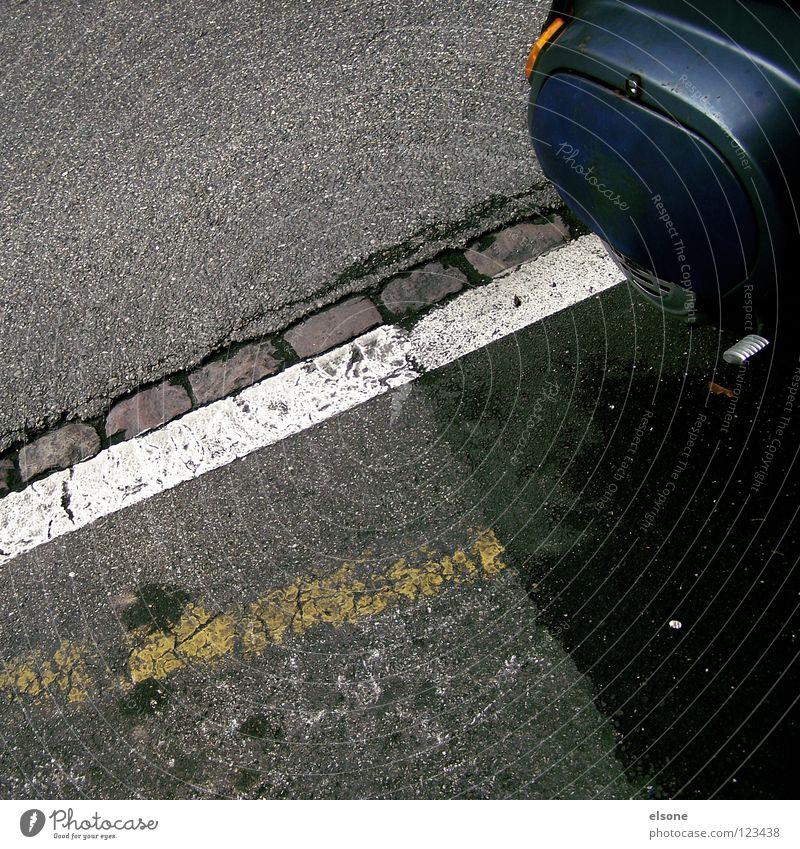 ::HINTERTEIL:: Streifen rechts Bordsteinkante Richtung Straßenverkehrsordnung Vogelperspektive Stadt abbiegen Fahrradweg leer Straßenkreuzung Fahrbahnmarkierung
