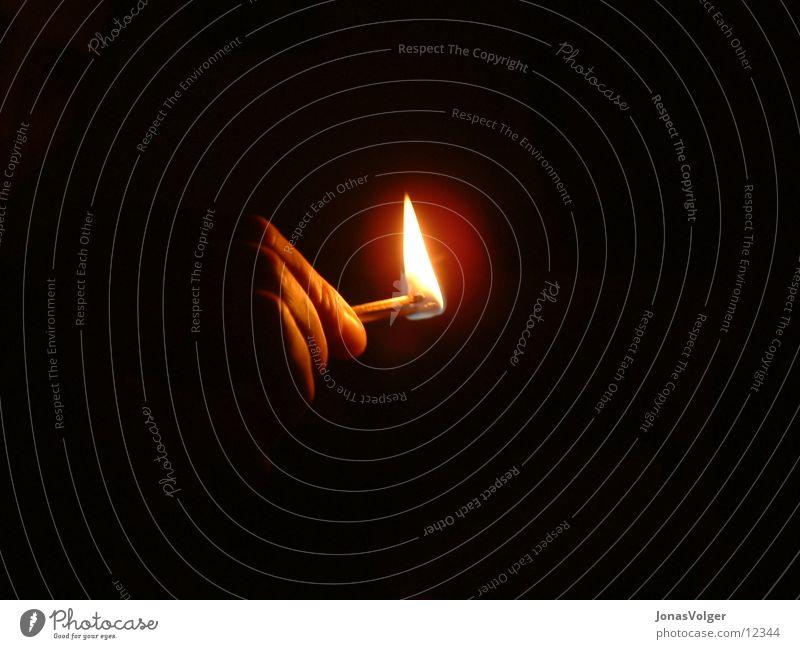 Streichholz im Dunkeln Hand dunkel Brand Häusliches Leben brennen Streichholz