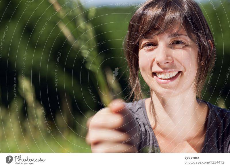 Guck mal! Lifestyle Glück Gesundheit Gesundheitswesen Gesunde Ernährung Allergie Leben Mensch Junge Frau Jugendliche 18-30 Jahre Erwachsene Natur Sommer Gras