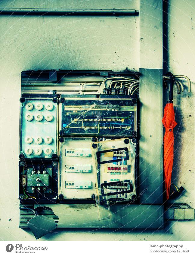 An Spannung alt hell orange gefährlich leuchten Elektrizität planen Kabel bedrohlich Technik & Technologie Schutz Regenschirm Warnhinweis Kasten Sonnenschirm