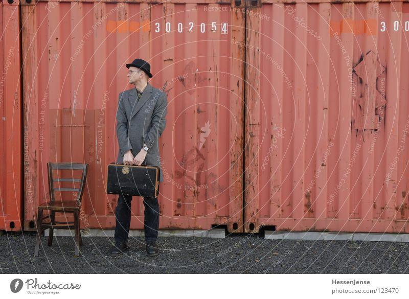 Person 16 rot Einsamkeit Zeit Schriftzeichen warten Hoffnung Stuhl Möbel Hut Langeweile Koffer frieren Gott Mantel Trennung Container