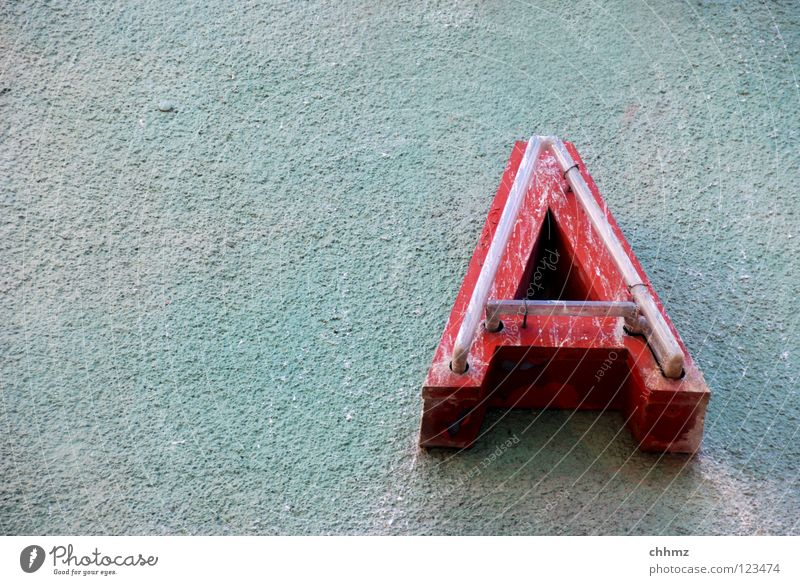 A Fassade Schriftzeichen alt dreckig kaputt grün rot Werbung Leuchtreklame Neonlicht verrotten Buchstaben Gedeckte Farben Außenaufnahme Menschenleer