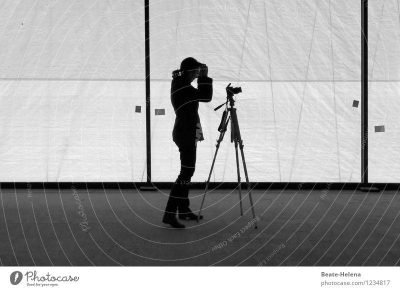 Auf die Perspektive kommt es an Technik & Technologie feminin Arbeit & Erwerbstätigkeit wählen gebrauchen beobachten ästhetisch schwarz weiß Wachsamkeit