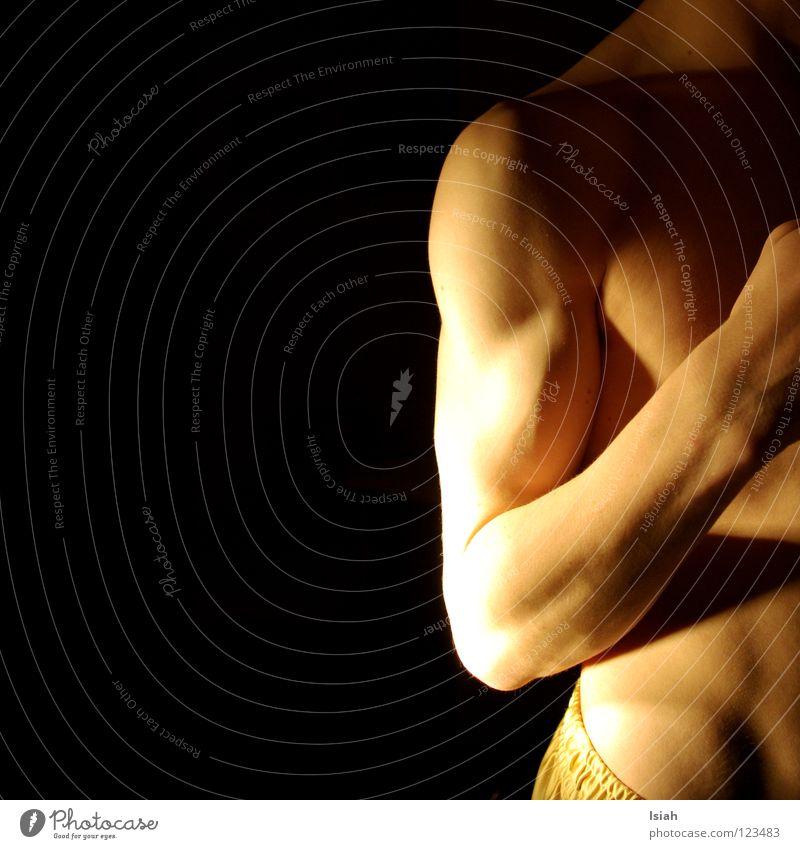 die kalte schulter zeigen Mann schwarz dunkel Kraft Körper Haut Arme Unterwäsche Bauch Hals Muskulatur fein Nervosität Becken